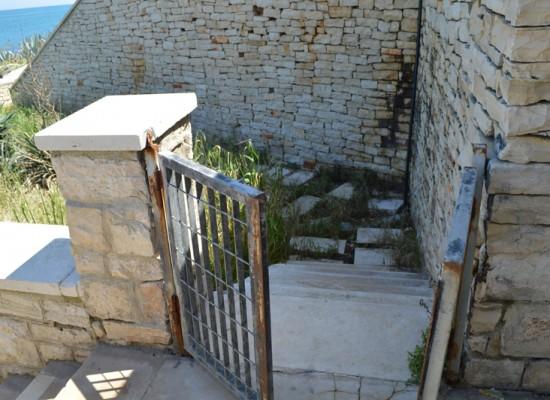 Teatro Mediterraneo: tra vandalismo, ruggine e spazzatura