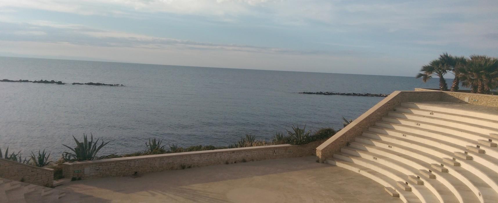 Al Teatro Mediterraneo spettacolo di… degrado e spreco d'acqua. A poche settimane dall'estate