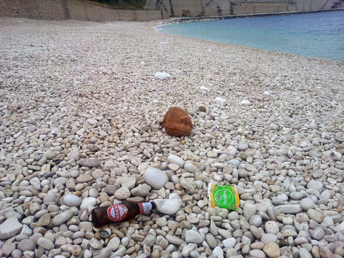 """Rifiuti abbandonati sulla spiaggia """"Salsello"""", appena inaugurata"""