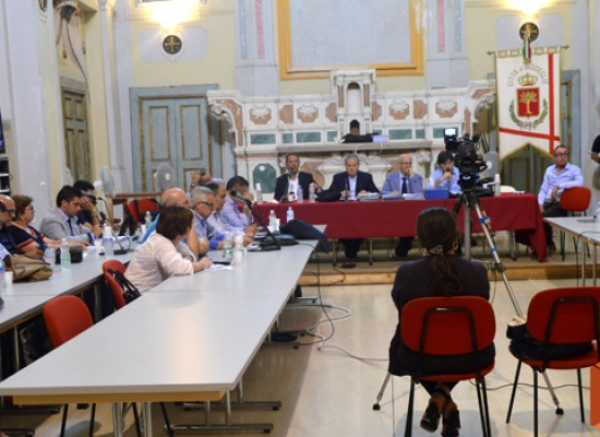 Approvata all'unanimità la cittadinanza onoraria a Calace, scintille Casella-Di Pierro