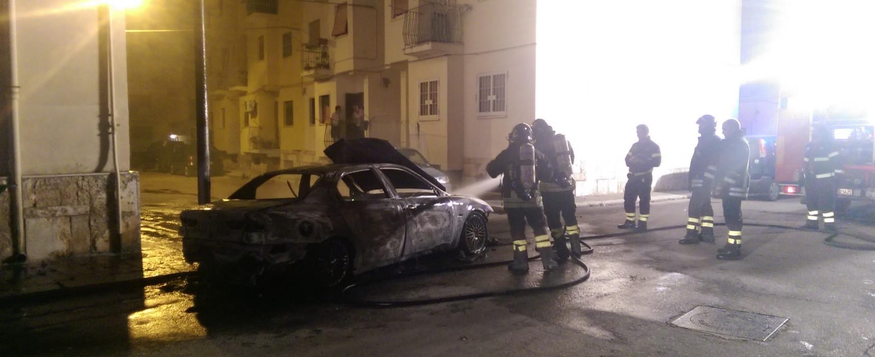 Auto in fiamme nella notte // VIDEO