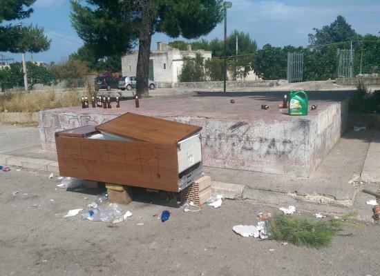 Zona Sant'Andrea, dopo la festa resta il degrado. Bottiglie, rifiuti ed addirittura frigoriferi