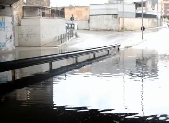 Maltempo: allagato il sottovia di Fondo Noce, due auto bloccate in via Nazario Sauro / VIDEO