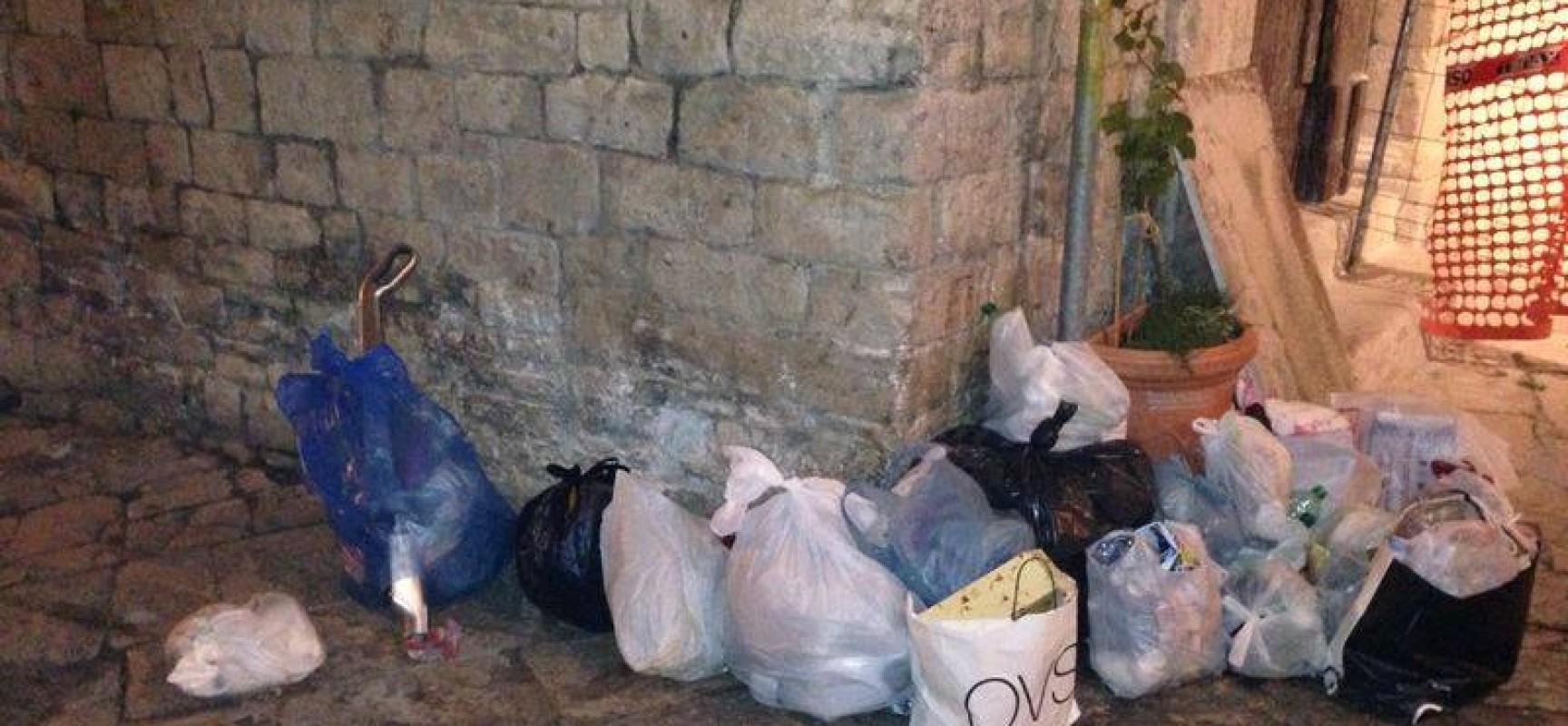 """Dopo neanche 24 ore dalla consegna della """"vite antirifiuti"""" ancora immondizia davanti al museo diocesano"""