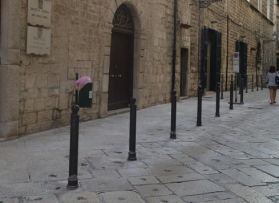 Via Giulio Frisari, carreggiata ristretta per eliminare il parcheggio selvaggio