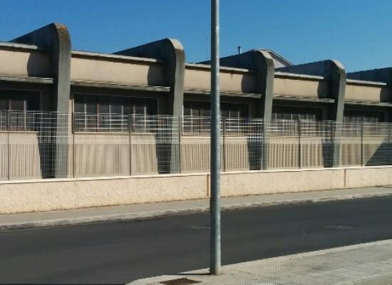 Alzata la recinzione delle scuole medie Battisti e Ferraris
