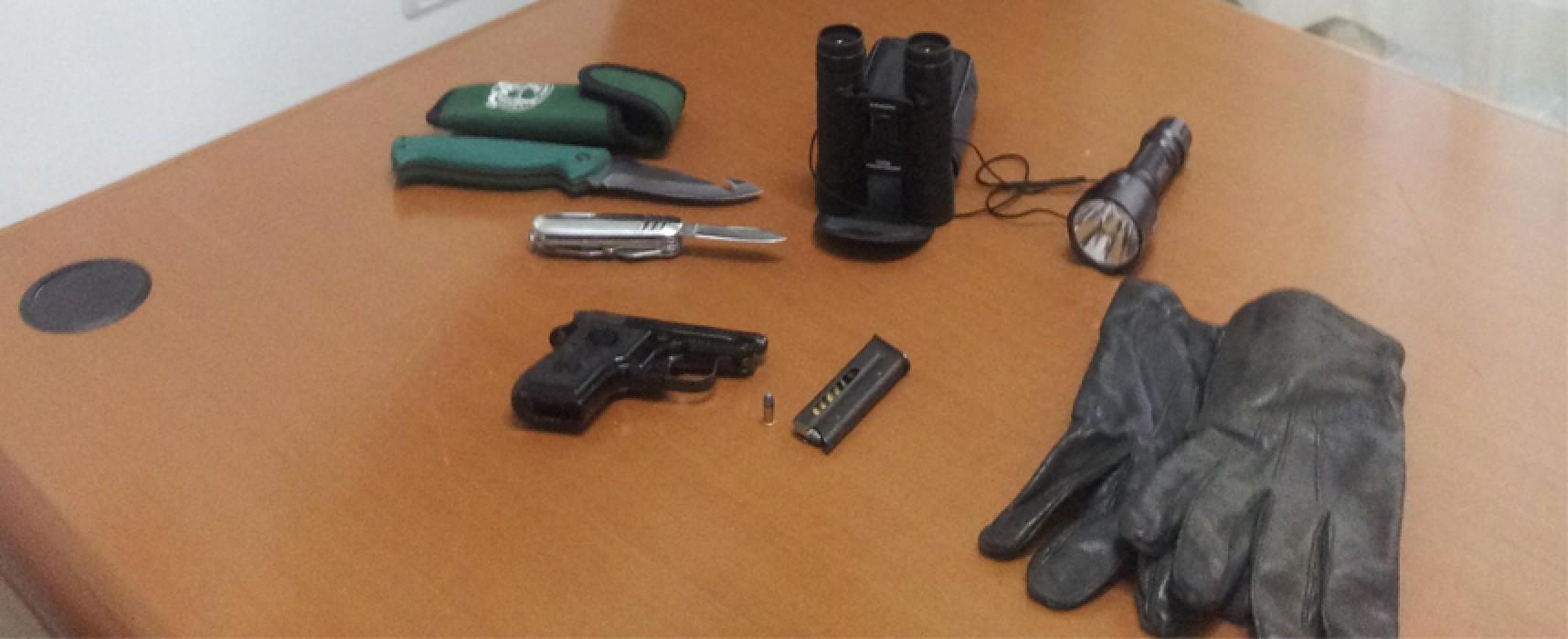 Armato di pistola, seminudo, pratica autoerotismo in auto: arrestato dai Carabinieri