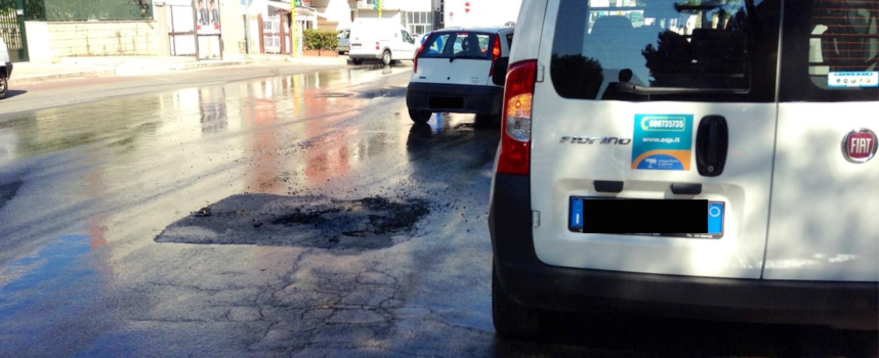 Saltata conduttura dell'acqua in via Di Vittorio, asfalto divelto e strada allagata