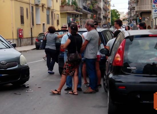 Rocambolesco incidente su Corso Umberto per colpa di una portiera aperta distrattamente / FOTO
