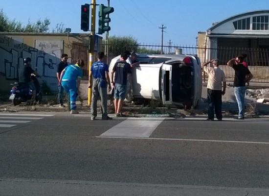 Auto finisce fuori strada e si ribalta su un fianco in via Imbriani / FOTO