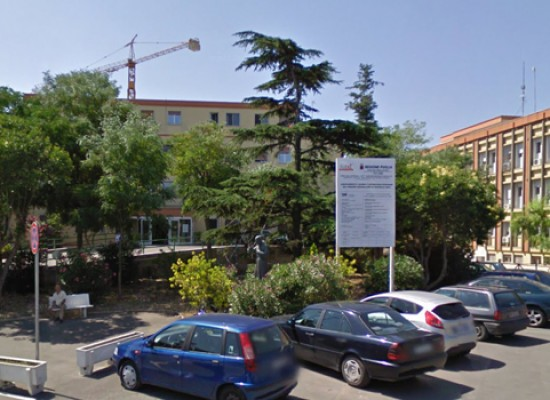 Ospedale civile, gli alberi sono infestati dai pidocchi delle piante. Il comune interviene