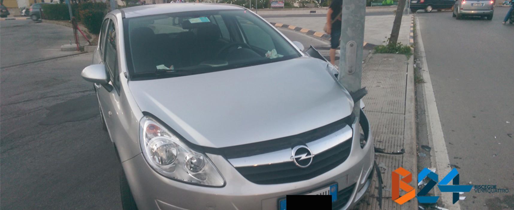 Incidente in via Cadorna, auto contro un palo dell'illuminazione