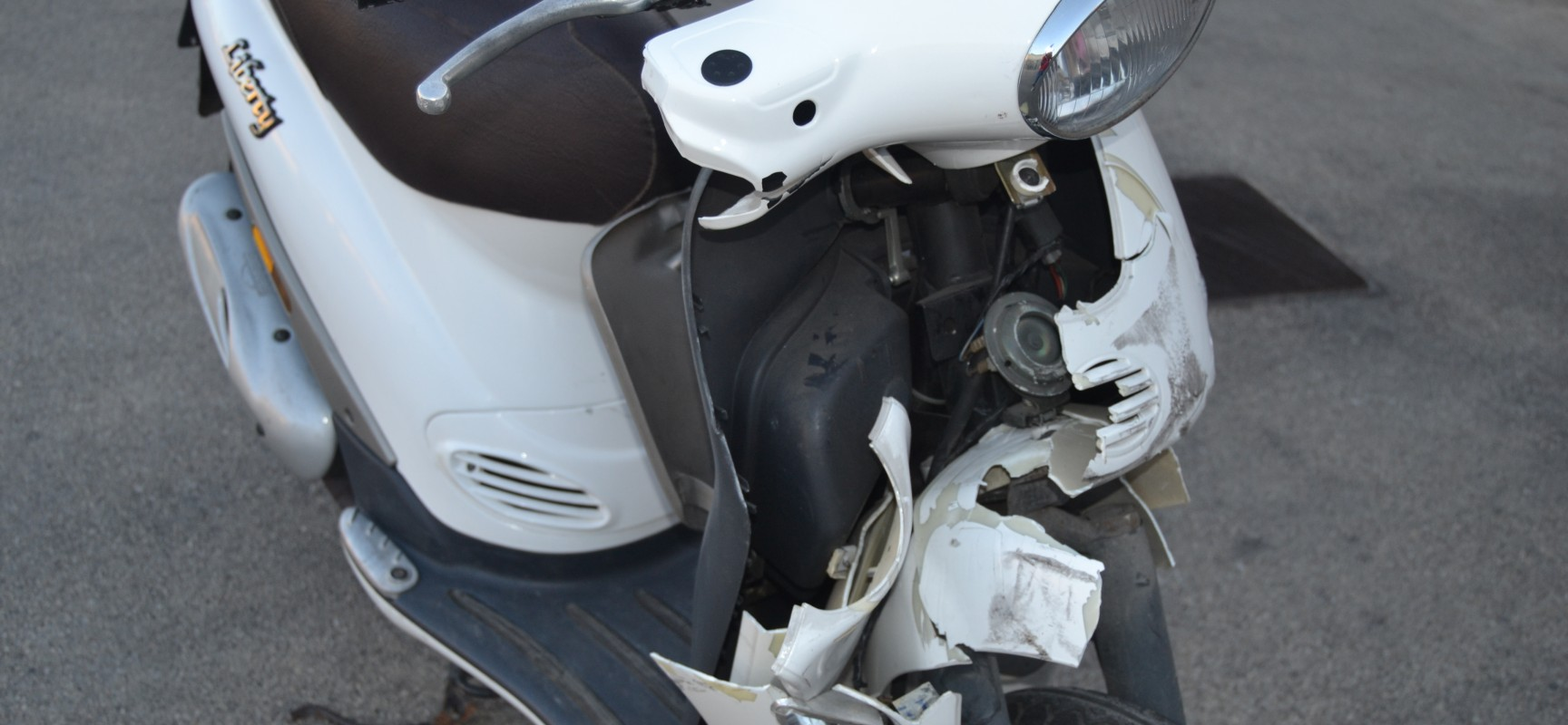 Violento impatto tra un ciclomotore ed un furgone su via Ugo la Malfa