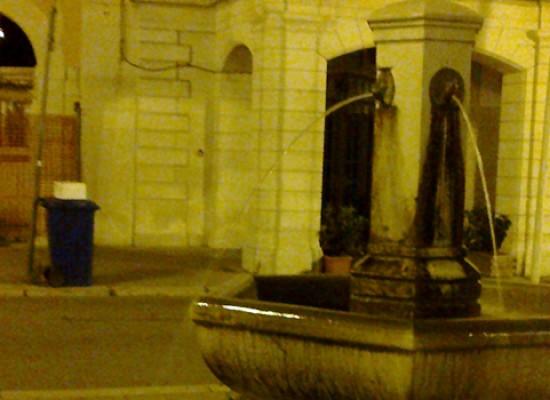Spreco d'acqua pubblica in pieno centro la denuncia di un cittadino / VIDEO