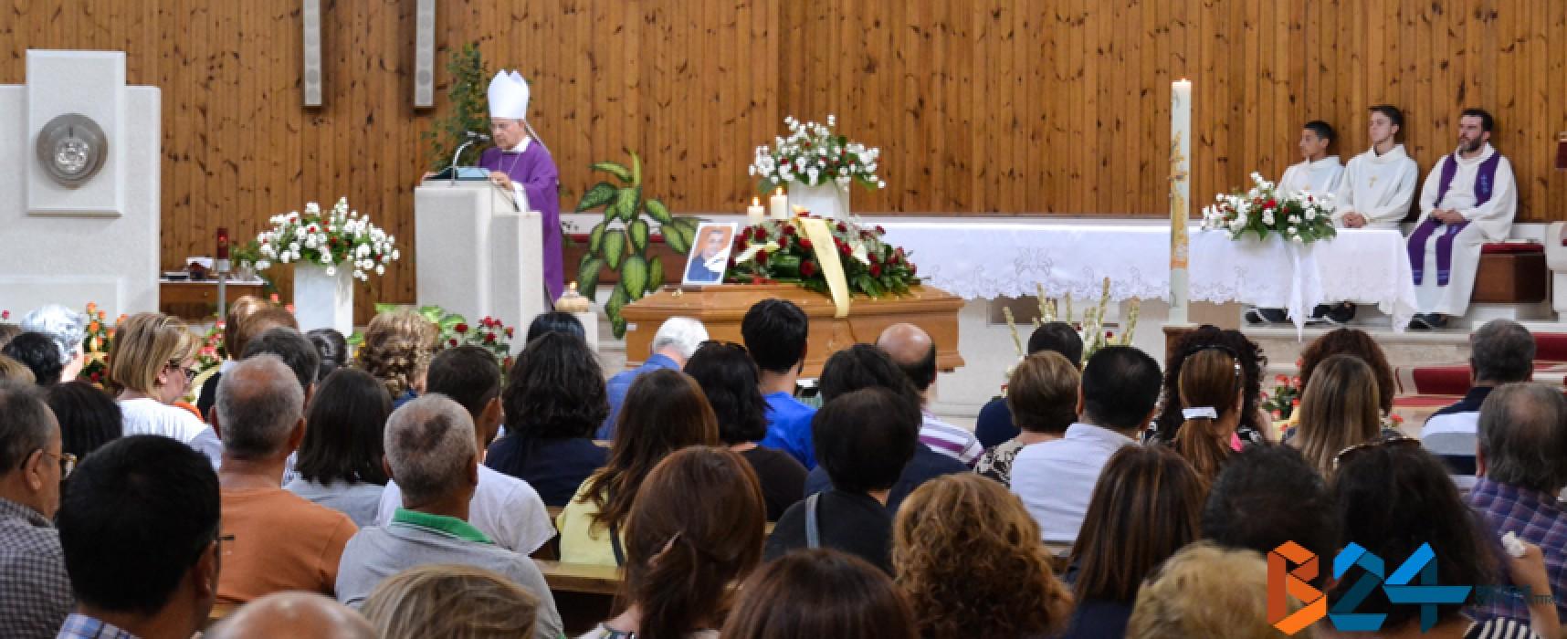 Una folla composta e partecipe per l'ultimo saluto a Pietro Cosmai