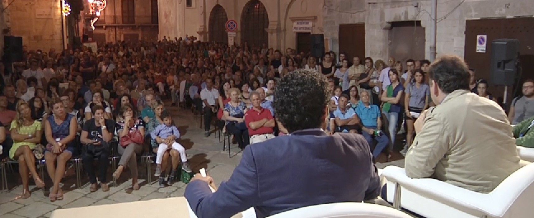 Piazze piene e vicoli popolati nella prima serata di Libri nel borgo antico / VIDEO