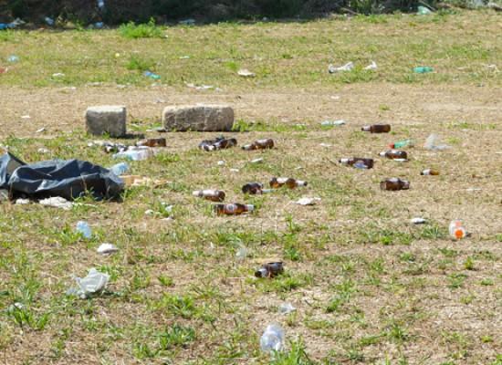 Via San Martino, un tappeto di rifiuti dove prima c'era il Luna Park / FOTO
