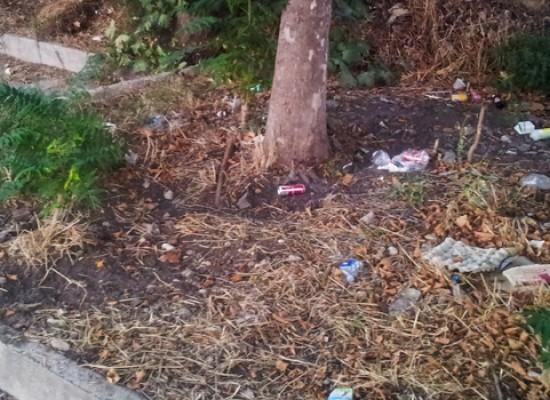 Via Santa Chiara d'Assisi abbandonata tra rifiuti e incuria / FOTO