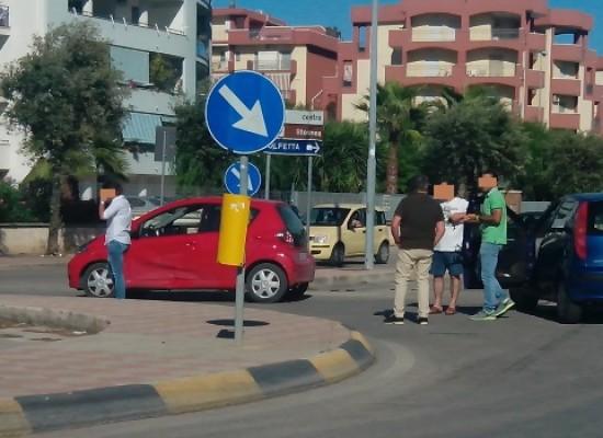 Rotatoria Cala dell'Arciprete-Via Fragata, incidente tra una Aygo e una Punto / FOTO