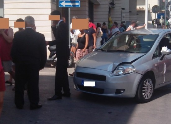 Anziano provoca incidente, sbatte contro un palo e fugge. Incidente su Via Imbriani / FOTO