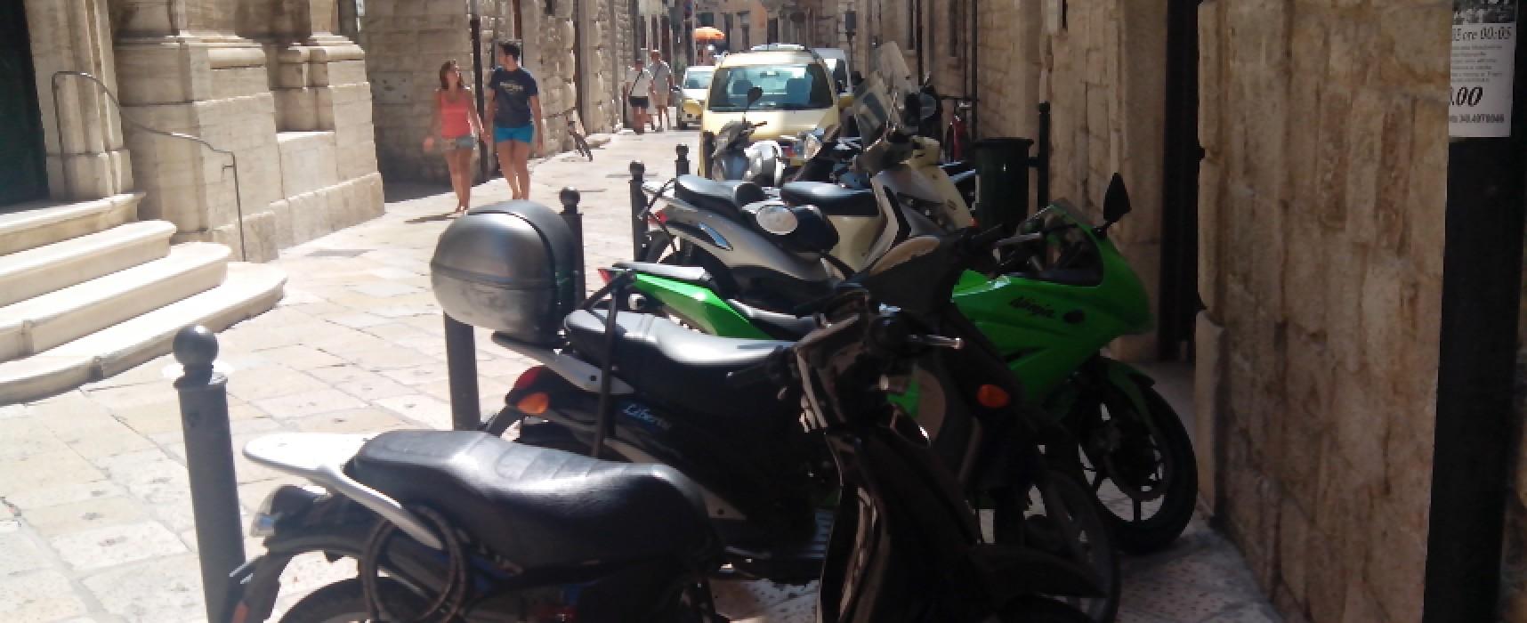 Su via Giulio Frisari (Biblioteca Comunale) l'area pedonale diventa parcheggio di motocicli / FOTO