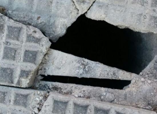 Marciapiede diventa botola su Via Monte Grappa, la segnalazione di un lettore / FOTO
