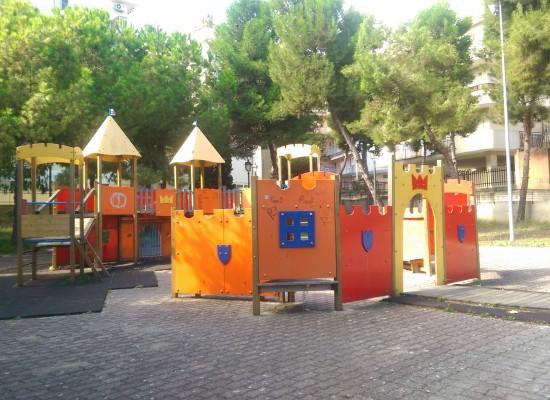 Giostre e giochi per bambini ricoperti di oscenità e scarabocchi /FOTO