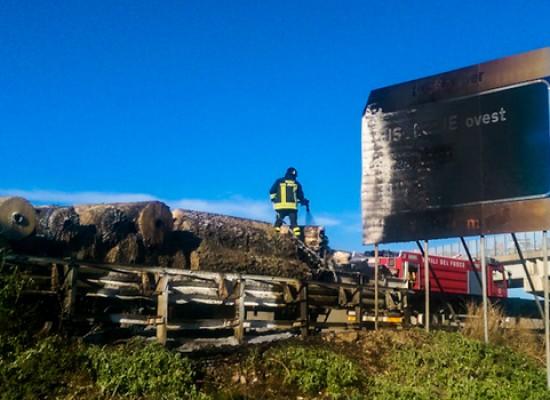 Il rimorchio di un camion prende fuoco sulla 16 bis vicino Bisceglie Ovest / VIDEO e FOTO