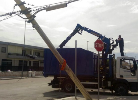 Palo Telecom divelto da un mezzo della Camassa nella zona artigianale ovest / FOTO
