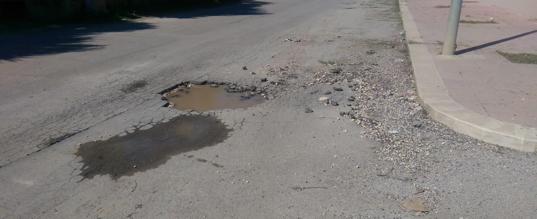 Grossa buca su via Strada del Carro nei pressi dell'incrocio con via San Mercuro