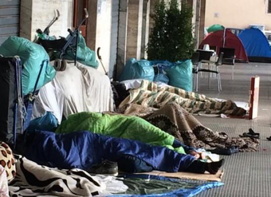 Ambulanti accampati da giorni in piazza Vittorio Emanuele / FOTO