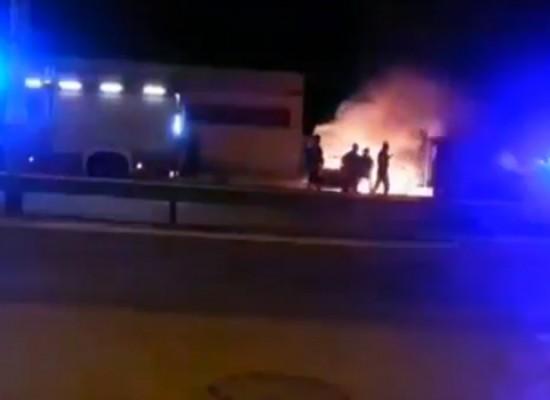 Rubano un'auto, si schiantano e scappano: bloccati dai Carabinieri due ragazzi / VIDEO incendio