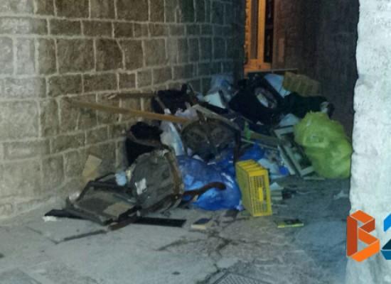 Abbandono e degrado in via san Domenico, rifiuti e sporcizia a cielo aperto / FOTO