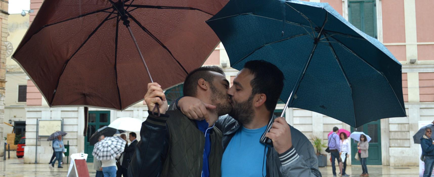 Sentinelle in Piedi in piazza per la famiglia naturale, coppia gay risponde baciandosi / FOTO e VIDEO