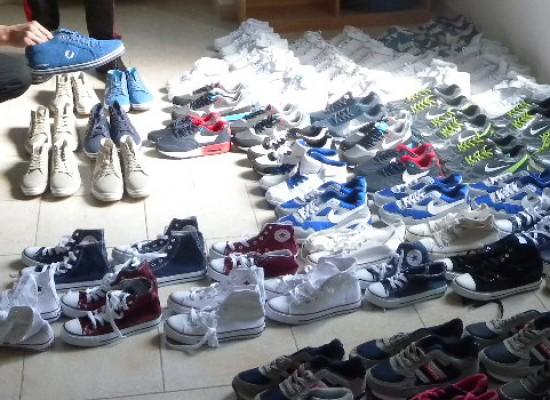 Controlli anticontraffazione dei Carabinieri al mercato, sequestrate 80 paia di scarpe