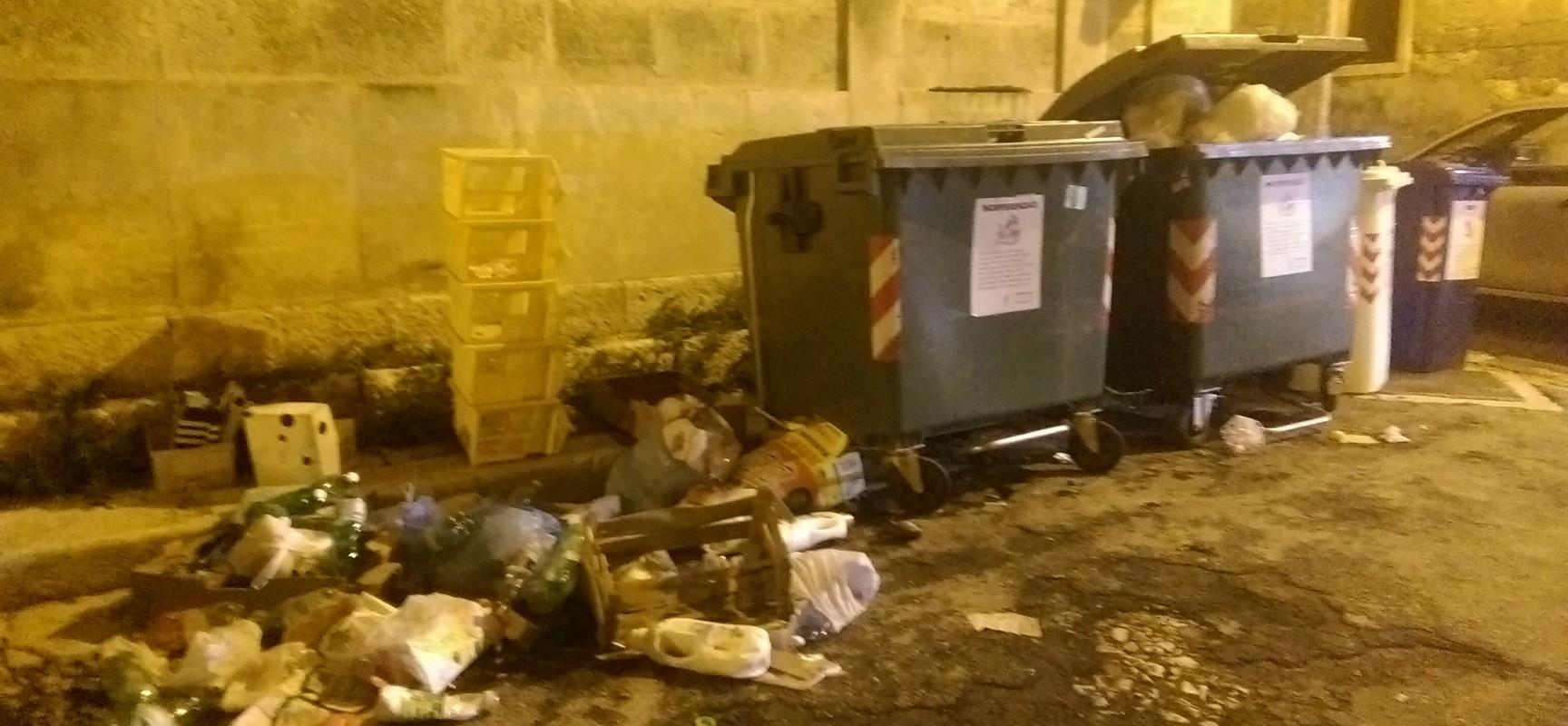 Rifiuti abbandonati per terra in via Genova, ci sarebbe bisogno di un cassonetto per la raccolta plastica