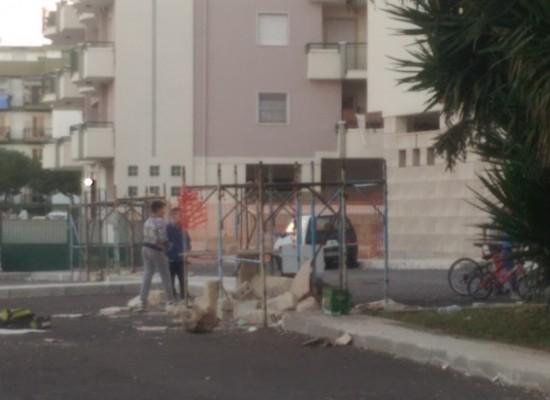 Giochi pericolosi nel quartiere San Pietro, bambini alle prese con impalcatura e blocchi di pietra