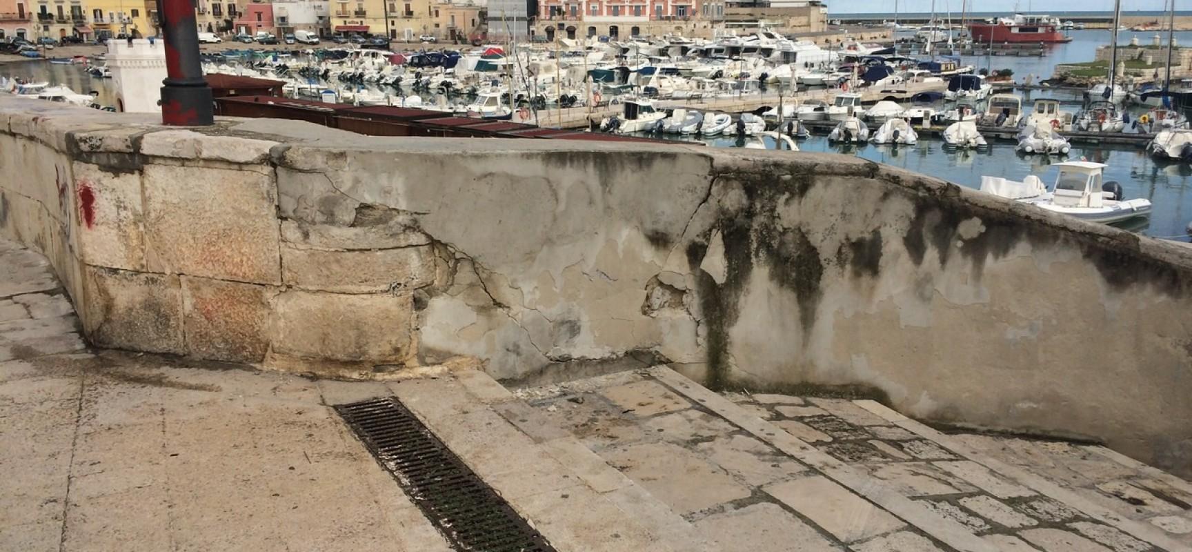 """Crepa sulle mura vicino al bastione San Martino, il comune: """"Danni causati dall'impatto di un'autovettura"""""""