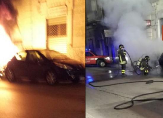 Due auto in fiamme nella notte, vigili del fuoco in azione in via Giovanni Bovio / FOTO