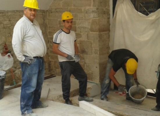 """I ragazzi di """"Io lavoro"""" all'opera nel chiostro di S. Croce per eliminare le barriere architettoniche / FOTO"""