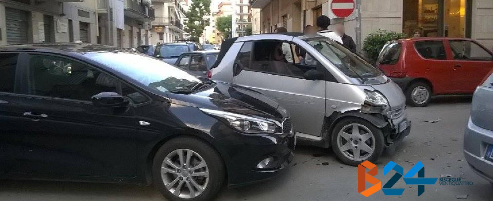 Incidente su via Monterisi / via Croce, ingenti danni alle auto e animi accesi tra i conducenti / FOTO