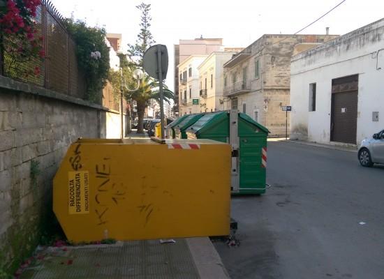 Cassonetto indumenti usati ribaltato in via Petronelli, ostruisce il passaggio pedonale