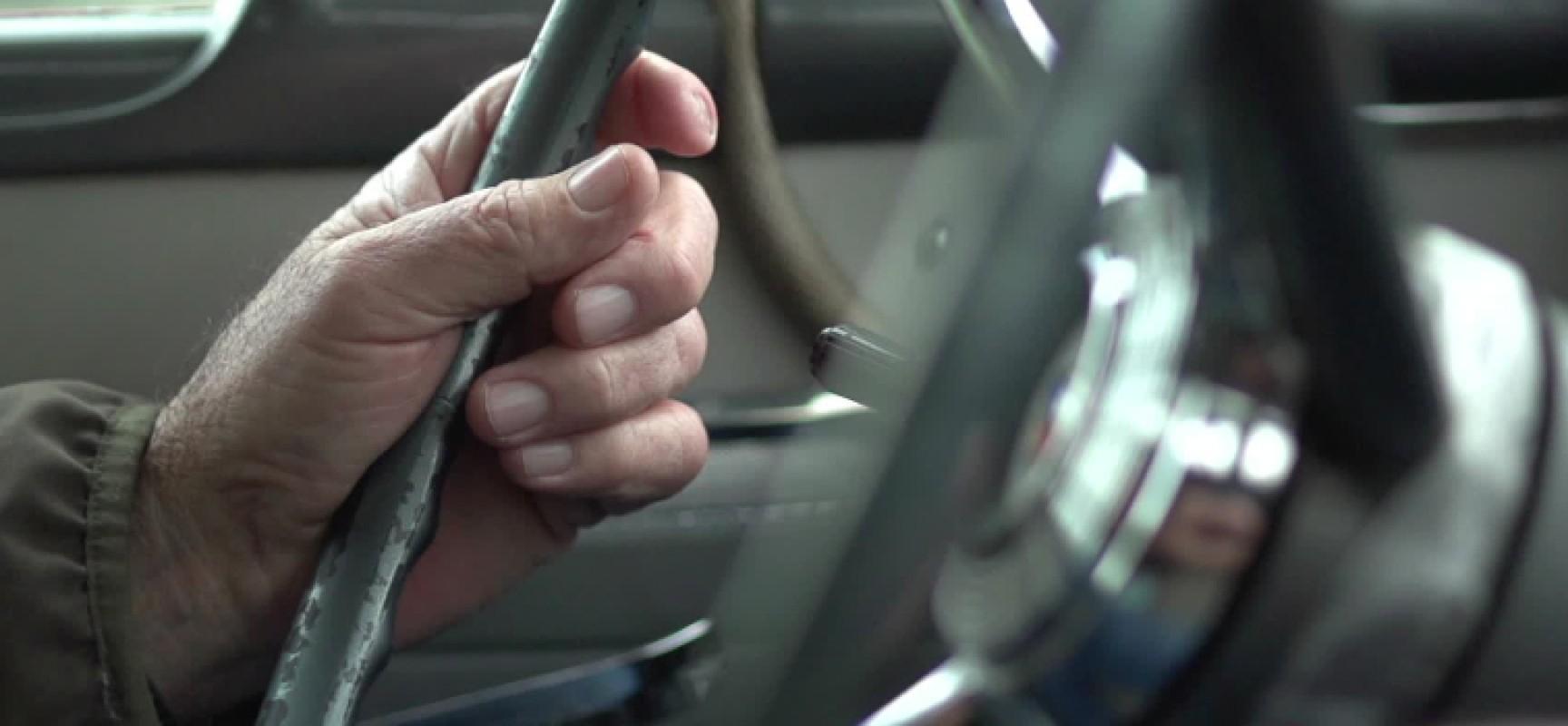 Anziano sfugge al controllo della badante e seminudo molesta ragazze nella sua auto