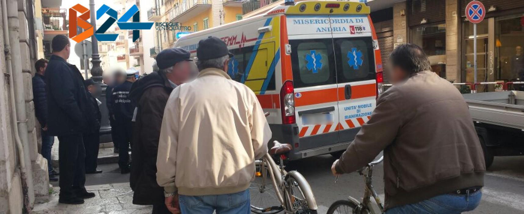 Fa retromarcia e investe uomo anziano su Via Imbriani