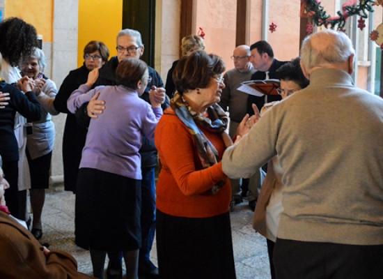 """Natale alla RSSA """"Villa Veneziani"""" con l'associaziona AIUTA e i bambini delle suore di San Vincenzo /FOTO"""