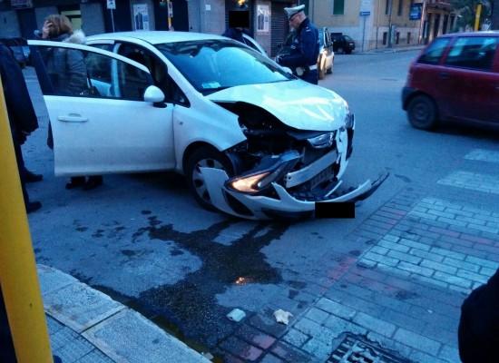 Violento tamponamento all'incrocio tra via Piave e via Vittorio Veneto, coinvolto anche un pedone