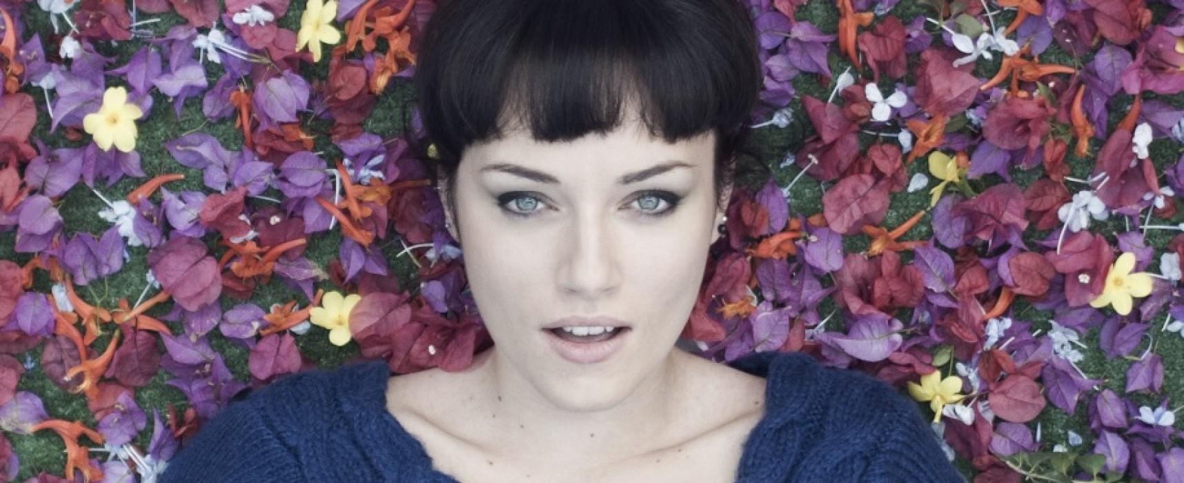 """""""Caos"""", ecco il primo videoclip della cantautrice biscegliese Orelle"""