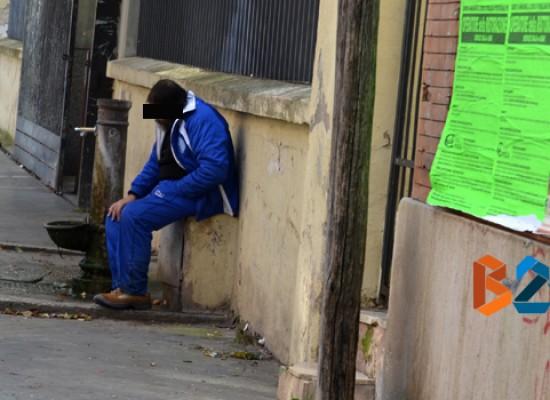 Il caso di Pinuccio, barbone che vive di stenti in stazione ormai allo stremo delle forze