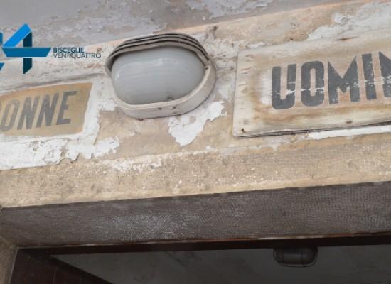 Bagni pubblici di Via La Marina: regno di degrado, abbandono, liquami / FOTO