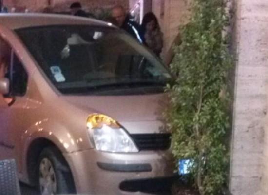 Esce dal parcheggio ma perde il controllo della vettura e si schianta su una fioriera /FOTO